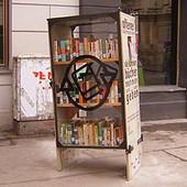 «Открытый книжный шкаф» появился на тротуаре в Вене