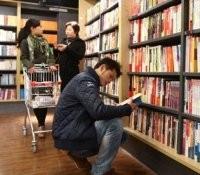 На обложках книг более чем сотни издателей в Китае появится реклама