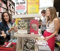До книжных магазинов в Лондоне докатилась мода на «кэш-мобы»